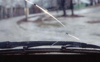 Как выбрать клей для лобового стекла для заделки трещин