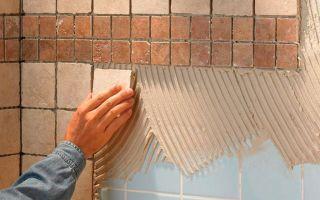 Как правильно приклеить плитку в ванной на стену, если она отвалилась
