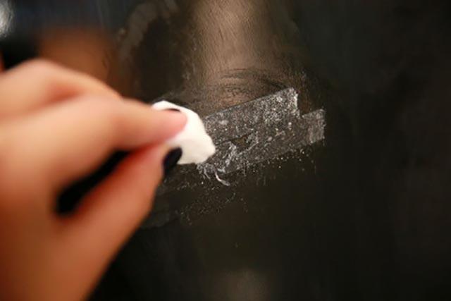 Как удалить с мебели следы от наклеек. Чем отмыть клей от наклейки с различны поверхностей