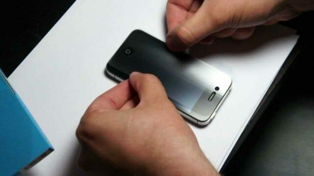 Как ровно наклеить защитную пленку на смартфон без пузырьков своими руками