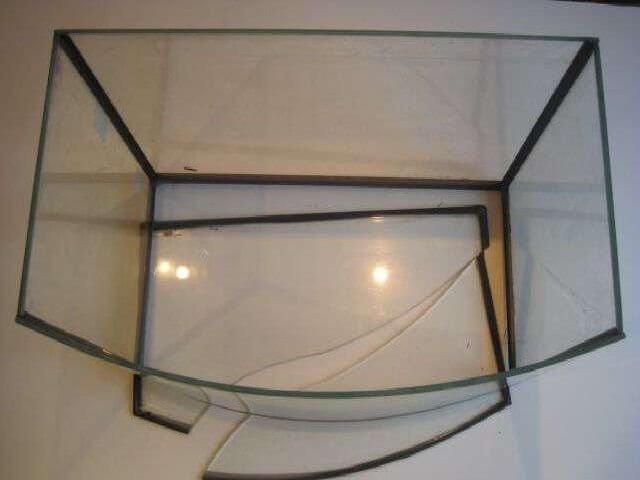 Треснувшее стекло аквариума