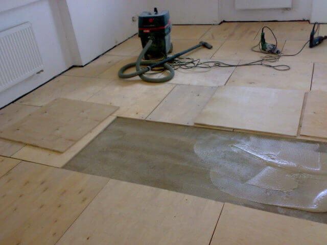 Какой клей выбрать для монтажа фанеры на бетонную стяжку?