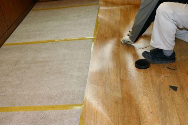 Как приклеить линолеум на деревянный пол
