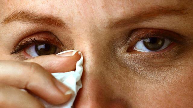 Первая помощь при попадании клея в глаз