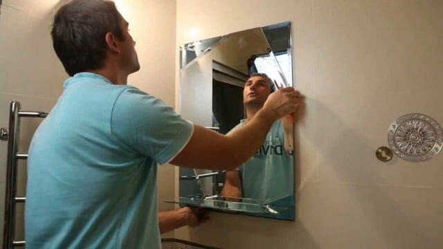 Как правильно приклеить зеркало в ванной комнате на стену?