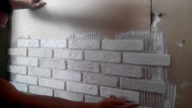 Как клеить декоративный камень на стену?