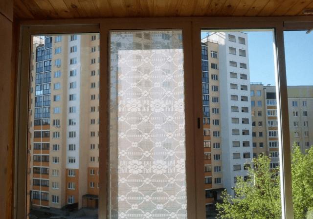 Как правильно приклеить тюль на окно?