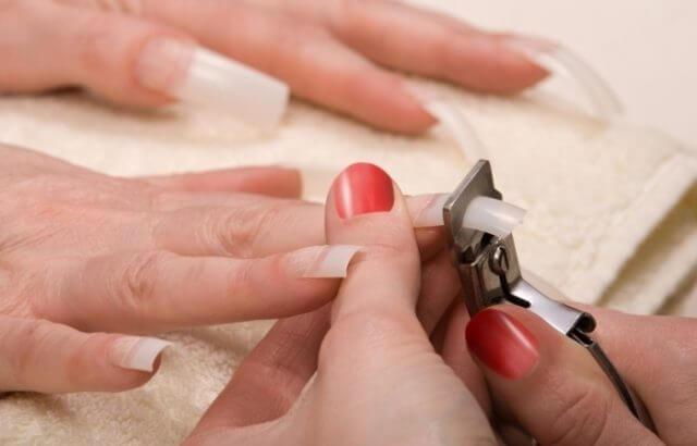 Как надежно приклеить типсы на ногти?