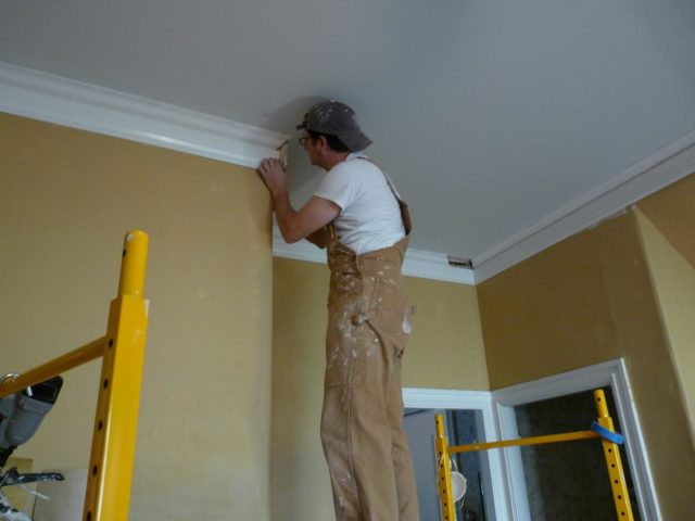 Как правильно приклеить потолочный плинтус на натяжной потолок?