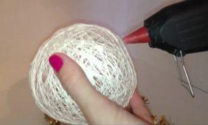 Как сделать снеговика из ниток и клея