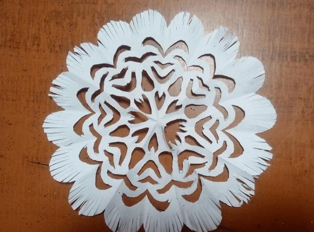 Как правильно сделать снежинки из бумаги и приклеить их на окно