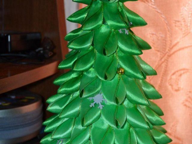 Как сделать елку из атласных лент