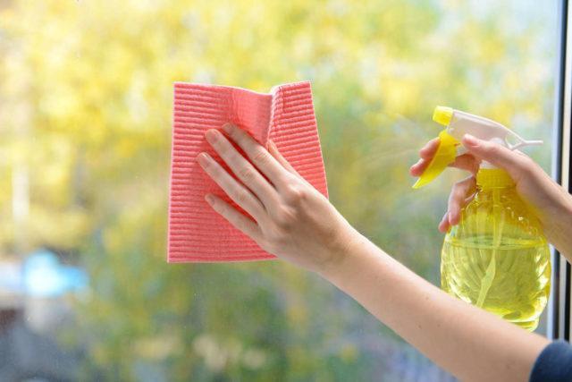 Чем и как правильно оттереть скотч от стекла в домашних условиях