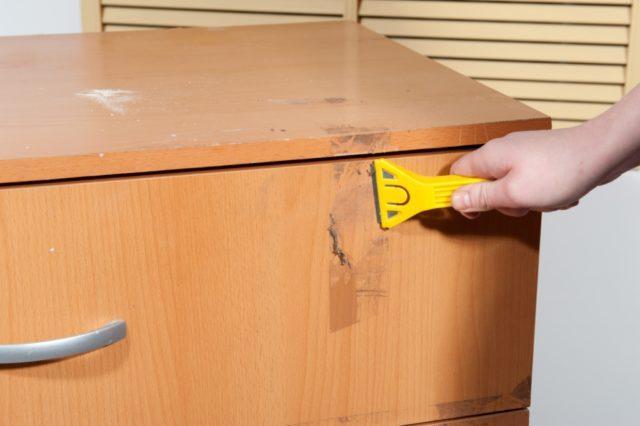 Как правильно убрать следы от скотча на мебели в домашних условиях