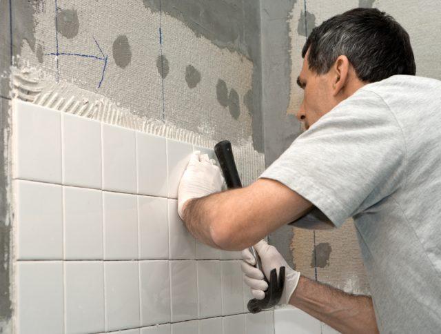 Сколько времени сохнет клей для плитки на полу, на стене, в ванной