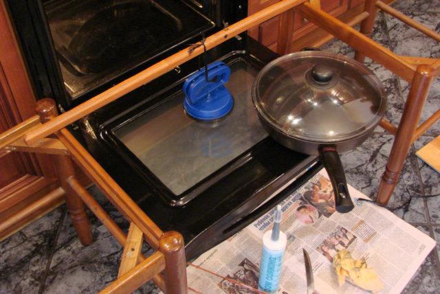 Чем и как приклеить стекло в духовке: применение термостойкого клея