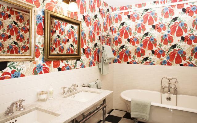 Самоклеящиеся материалы для интерьера ванной: обои, пленки, плитка