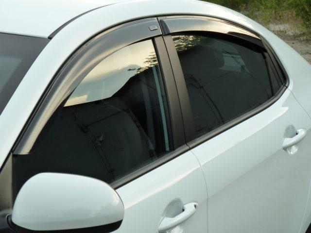 Установка (приклеивание) на авто дефлекторов окон своими руками