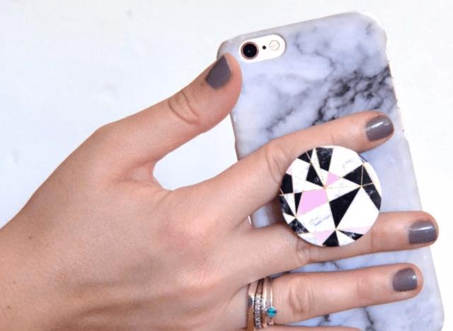 Как правильно клеить попсокет на телефон с чехлом и без него